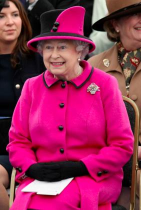 La reine Elisabeth II en tailleur rose ridicule