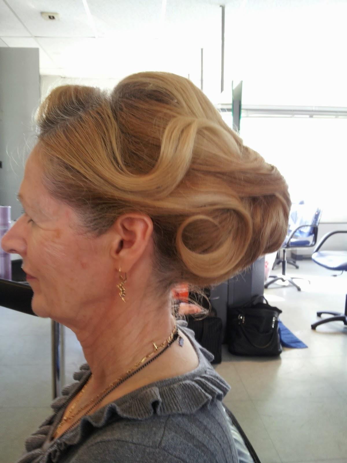 Un chignon bas réalisé par Eddy, coiffeur visagiste, coloriste et maquilleur à Montpellier, au Studio 54.