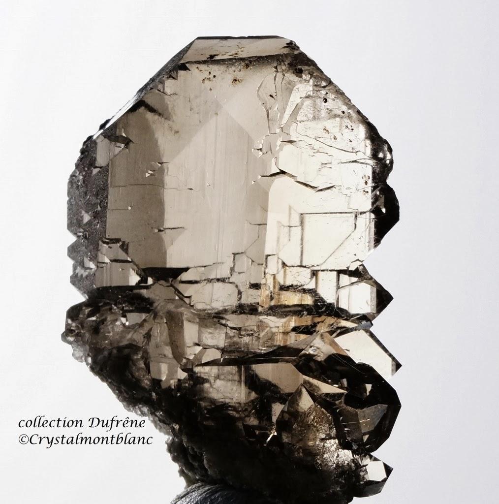 photo d'un cristal de quartz fumé de forme gwindel trouvé dans les montagnes du Mont-Blanc
