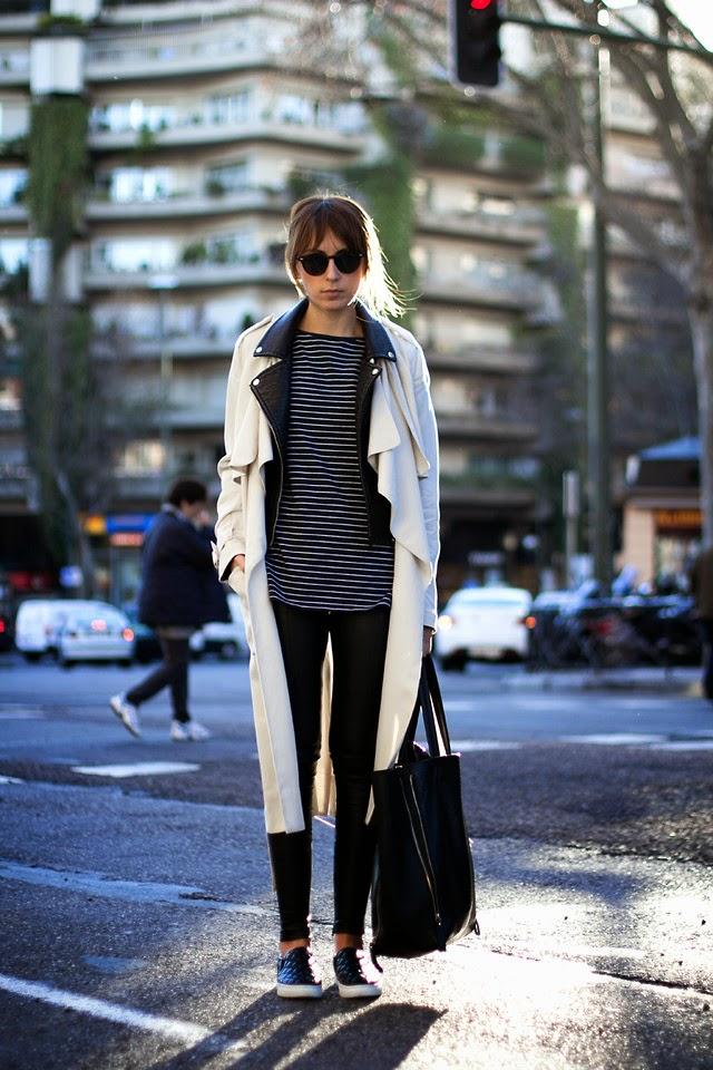blusa com listras + bolsa grande preta de couro + calça preta + trench coat + tênis slip on, moda feminina, moda inverno, roupas da moda, casaco feminino