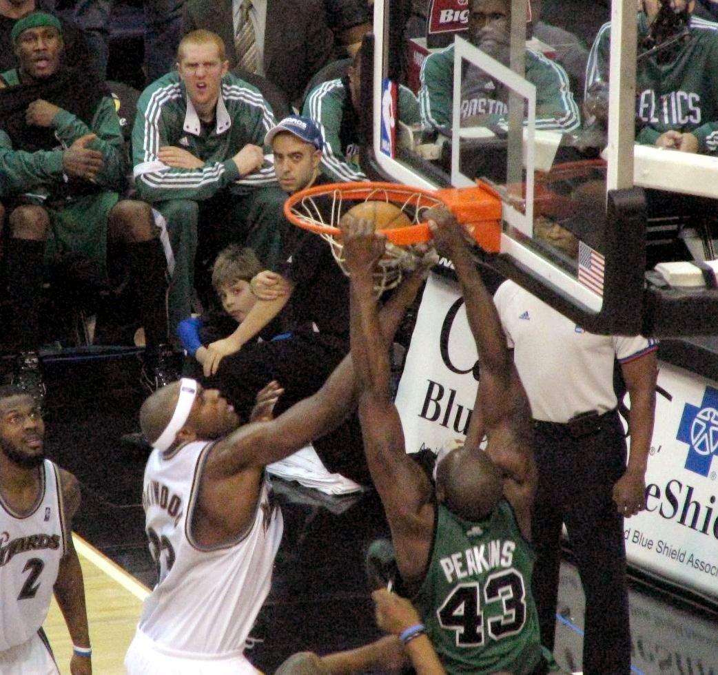 http://1.bp.blogspot.com/-X1em16fd1uM/Tfz8mebBxlI/AAAAAAAACG0/DZuiu7Xl_sQ/s1600/Kendrick_Perkins_dunk.jpg