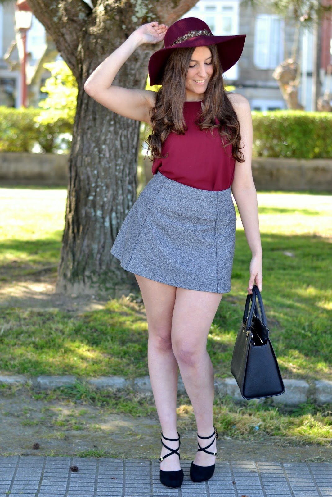 falda gris, top burgundy, sombrero, selma