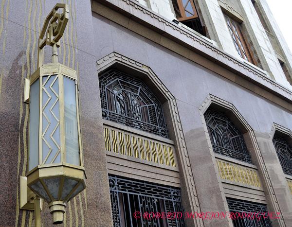 Arcos y lámpara del Edificio Bacardí en La Habana, Cuba, el 12 de marzo de 2013. Esta construcción de 1930 es la obra maestra del Art Deco habanero.
