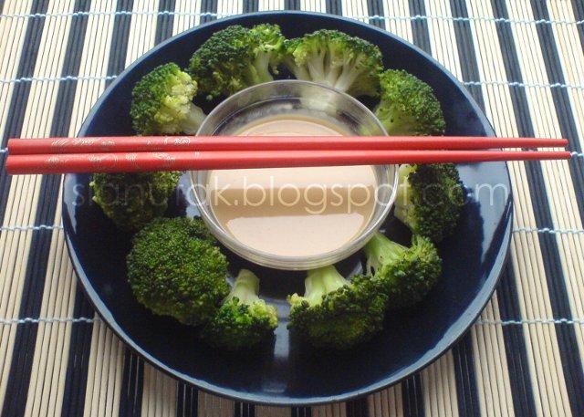 Brokula kuhana na pari s umakom od kikirikija (C) Enola Knezevic 2012