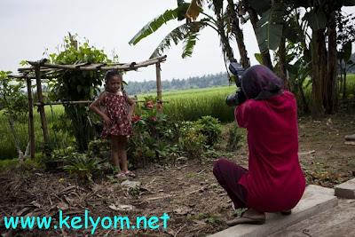 بالفيديو.. امرأة مبتورة الذراعين تحترف التصوير
