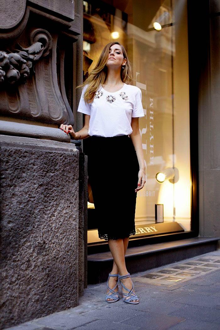 Chiara Ferragni T-shirt´apicações, saia midi preta, sandálias tiras azuis