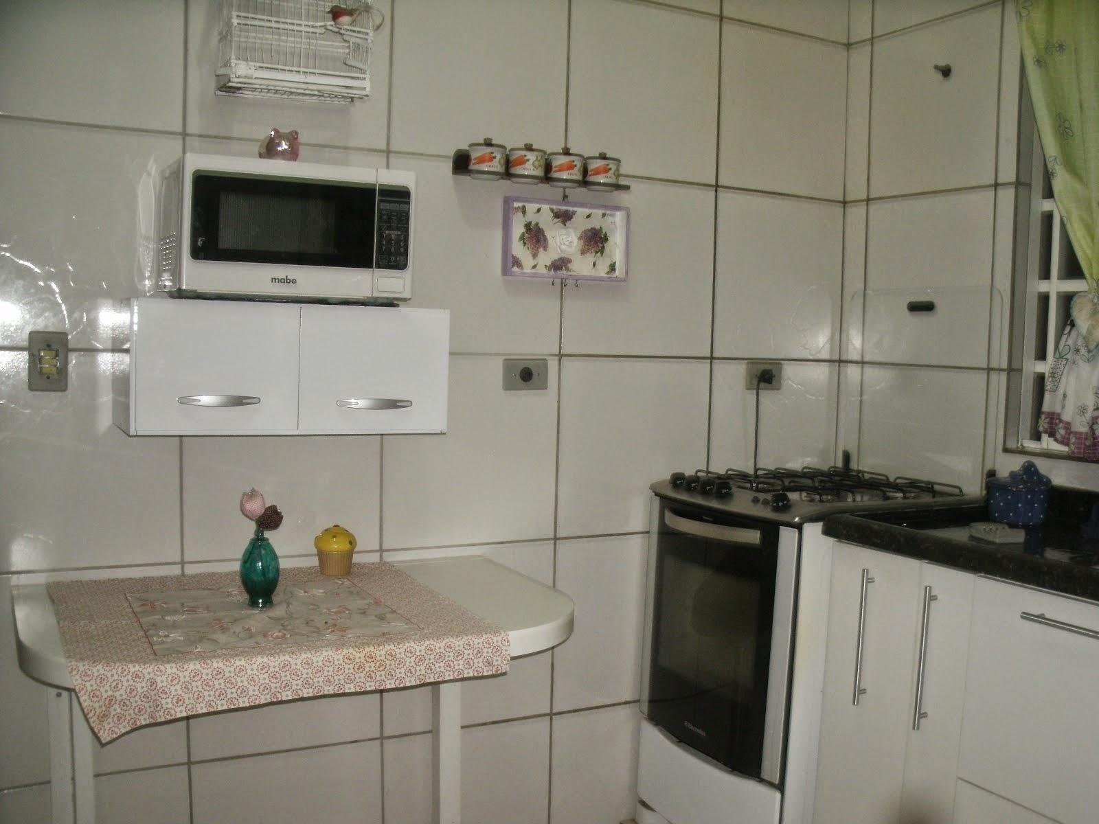 Então a geladeira trocou de lugar com a mesinha e durante o processo  #446D64 1600 1200