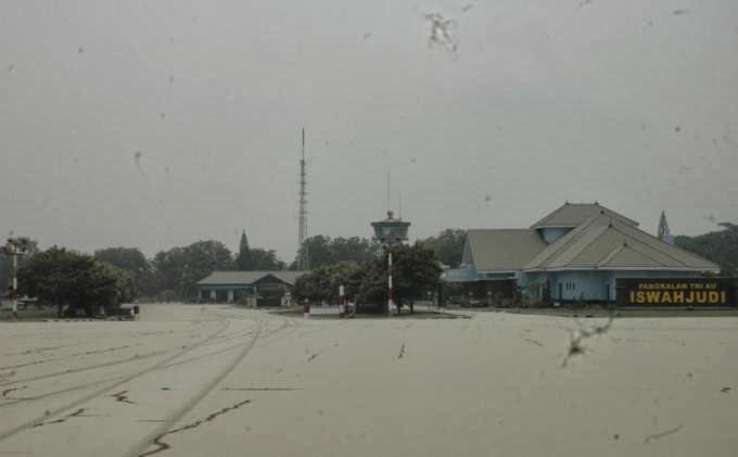 TNI AU Kerja Keras Bersihkan Landas Pacu dari Abu Pulkanik Gunung Kelud