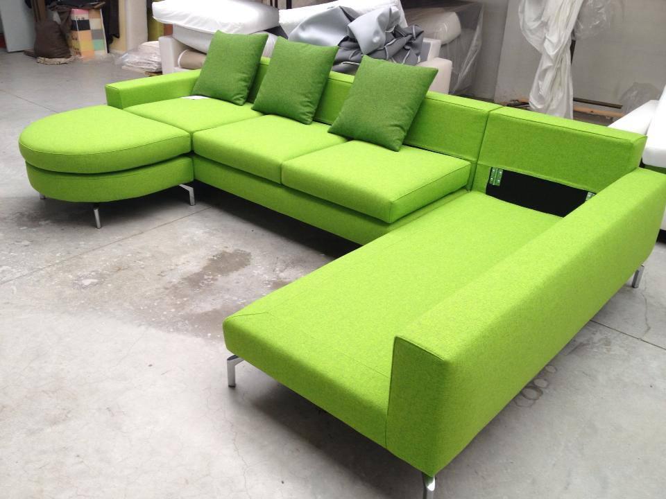 in tessuto verde acido di qualità. Il divano Head Up è caratterizzato  dai cuscini di schienale con il movimento alzatesta per un migliore confort.