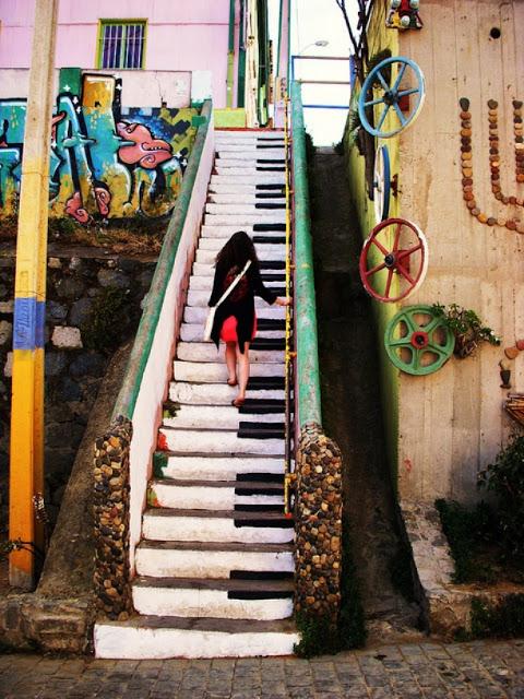 Senangnya menaiki anak tangga berbentuk tuts piano