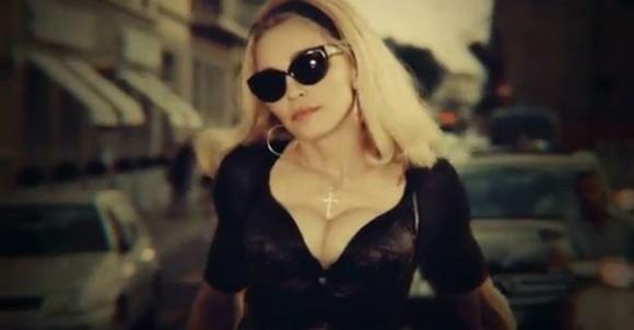 Madonna não anda, ela desfila. ela é top, capa de revista