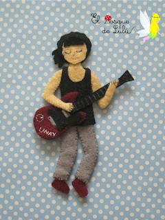broche-personalizado-en-fieltro-profesora-rock-guitarra-regalo-original-hecho-a-mano-para-profesores