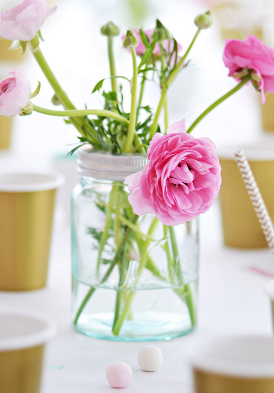 Happy blooms and a party table decor by Kronprinsessene.
