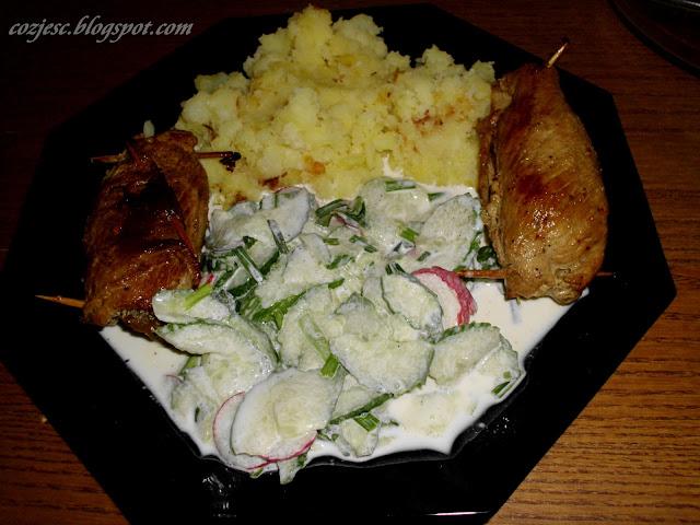 Zrazy wieprzowe z ogórkiem, ziemniaczkami i mizerią, zrazy wieprzowe tanie i pyszne