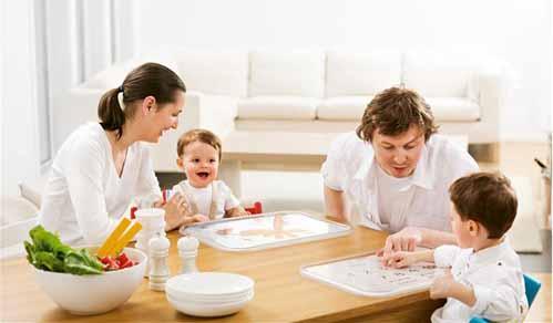 Bebé comiendo en familia