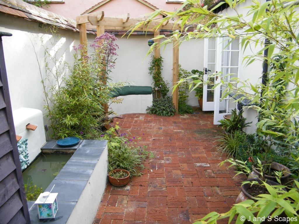 Home and garden tips on creating a garden in a small area for Creating a courtyard garden