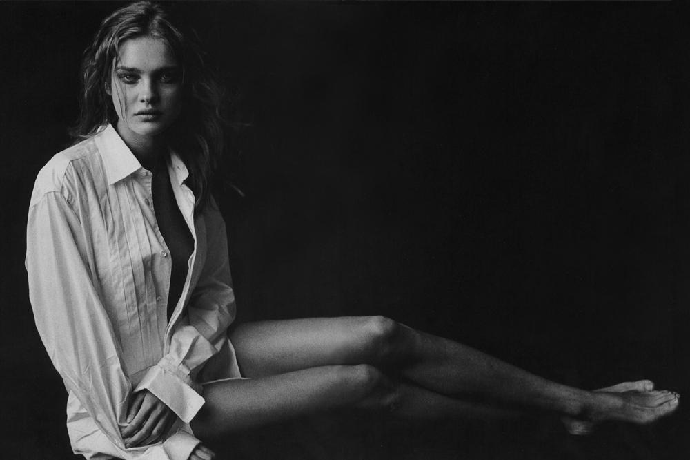 Natalia Vodianova Vogue Italia May 2003 (photography: Peter Lindbergh, styling: Alice Gentilucci) / white shirt in fashion editorials / short history of white shirt / wardrobe essentials / via fashioned by love british fashion blog