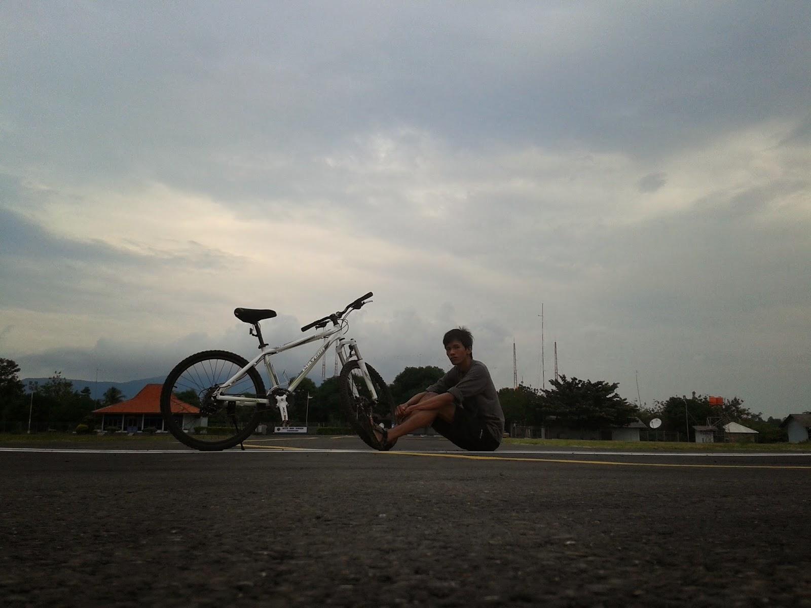 Narsis dulu bareng sepeda disekitaran runway bandara Dewadaru, Karimunjawa