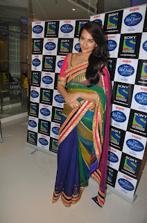 Sonakshi Sinha Pos in Saree on Indian Idol Junior Sets 0004.jpg