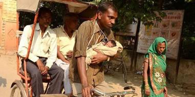 tukang becak menggendong bayi
