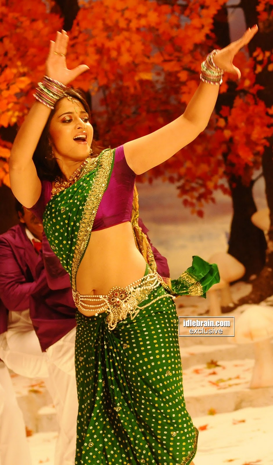 ... hip in green saree | Hot tamil telugu actress saree aunty hot in sari