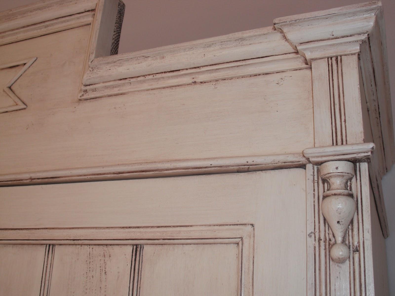 Iromani restauro armadio abete laccato color panna con effetto invecchiato - Mobili effetto invecchiato ...