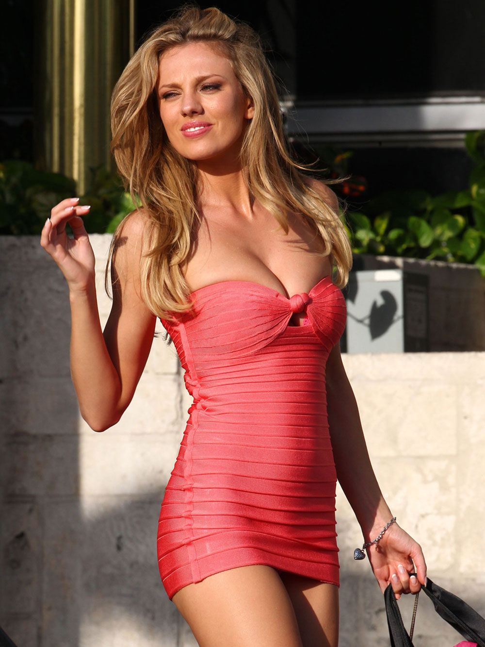 bar paly in tight dress on set of pain and gain in miami 7