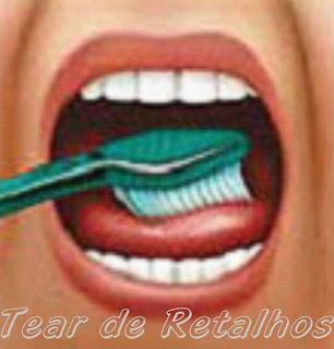 Escovando a língua para eliminar a saburra lingual.