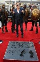 (12/11/011) Mickey Rourke inmortaliza a su perro en el Paseo de la Fama