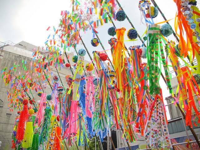Calles adornadas en el festival de las estrellas (tanabata)