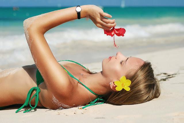 Meid op het strand aan het zonnen