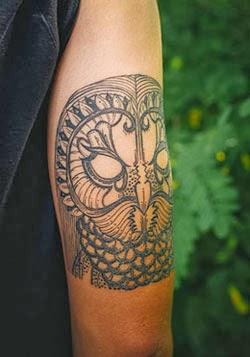 Fotos de tatuagens de corujas no braço tribal