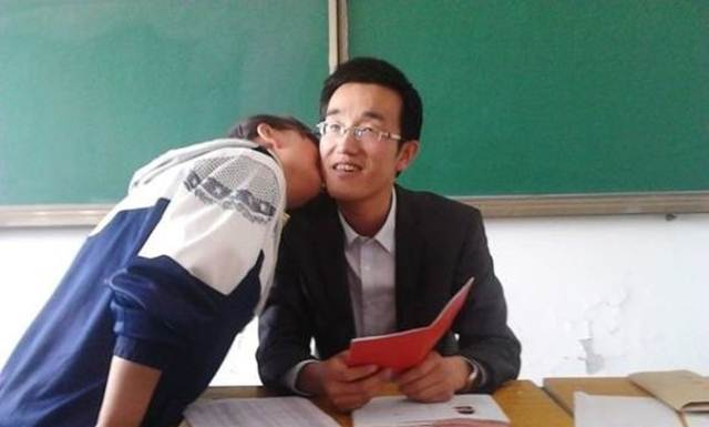 Siswi SMU Kiss pak guru