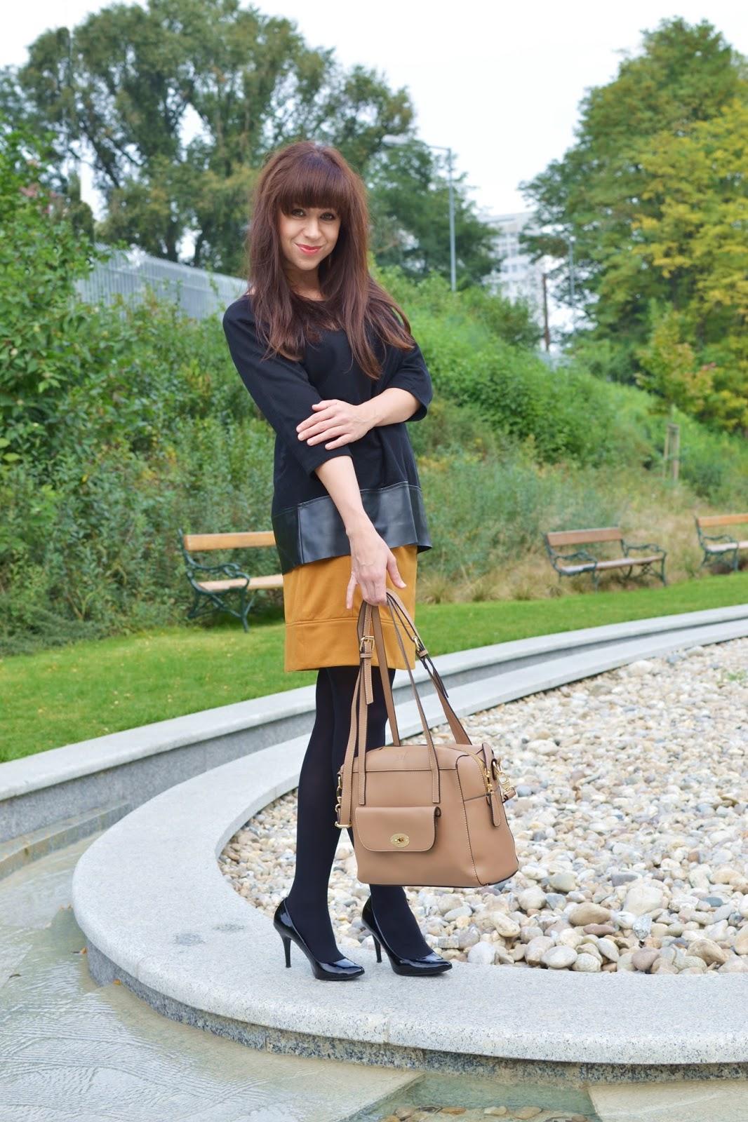 Welcome to Wienna_Katharine-fashion is beautiful_Čierne lakované lodičky_Čierne pančuchy_Žltá sukňa_Katarína Jakubčová_Fashion blogger