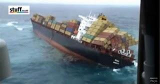 Δείτε ένα εμπορικό πλοίο να αναποδογυρίζει μέσα στη θάλασσα (video)