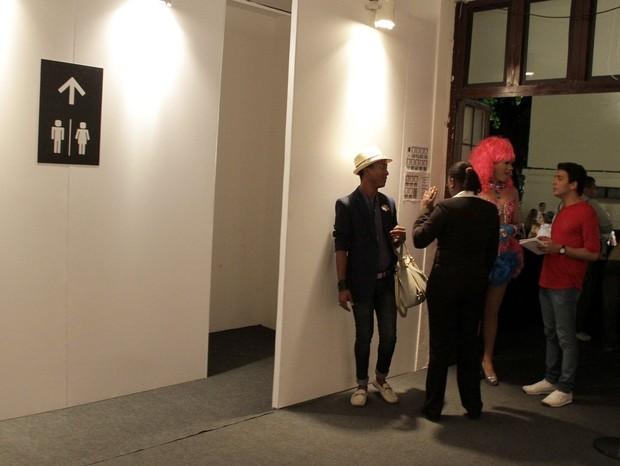 Núbia Pinheiro discutiu com seguranças na entrada do banheiro feminino Rio (Foto: Isac Luz)