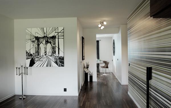 lägenhet i vitt och valnöt, parkett valnöt, stor tavla i svart och vitt, brooklyn bridge på tavla, tavla på vit vägg, svart och vitt, fondtapet randig,