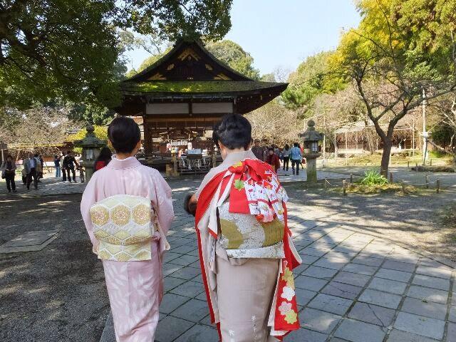 桜の下、初のお宮参りは祖母の肩に抱かれて・・・。
