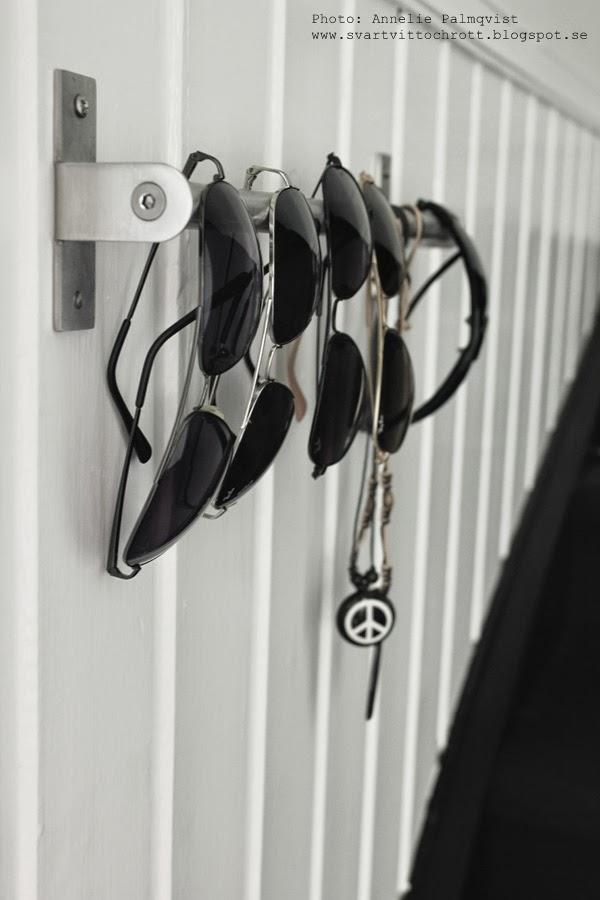 stång för att hänga upp solglasögon, inspiration för walk in closet, ray ban, halsband med fjäder, peacemärke på halsbandet, trappa, bröstpanel, hall, inspiration