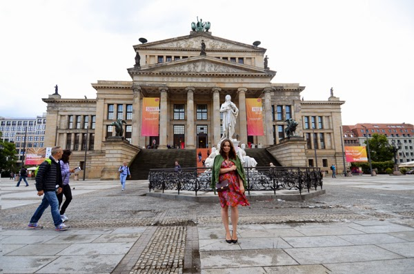 berlin, gendarmenmarkt, fashionblogger, ootd, print cu flori, trenduri de toamna, floral print, visit berlin, travel, germany, outfit, inspiration
