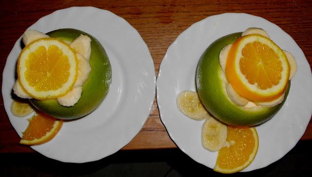 Deser w grejpfrucie z pianką cytrynową, szybki i tani deser grejpfrutowy