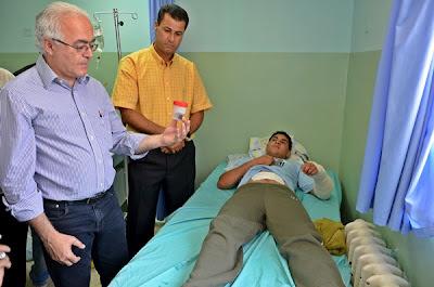 Brasileiros visitam palestino ferido