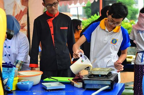 Baking Demo Sriboga Warnai Car Free Day Simpang Lima
