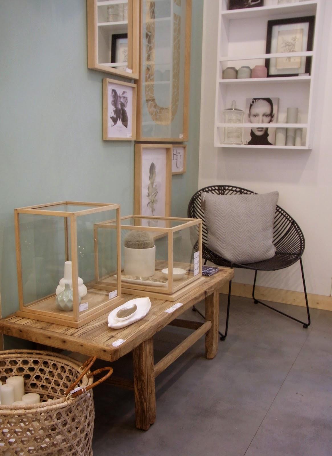 Windlichter Holz, Rattankorb, Korb Rattan, schwarzer Sessel, rustikaler länglicher Holztisch, Tisch Holz, Vasen Keramik weiß grau geometrisch