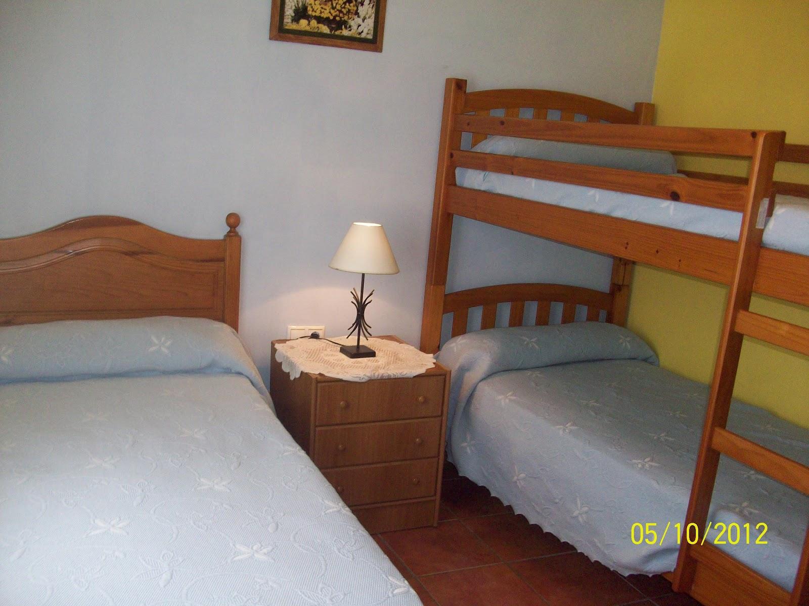 Casa villalba dormitorio individual con tres camas for Dormitorios tres camas
