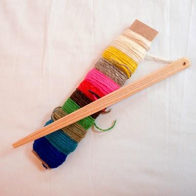 Lanzadera y lana del telar del Taller Coscoja