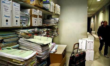 Archivadores apilados en los pasillos del penal número 1 por falta de espacio en el almacén. M. MORALEJO