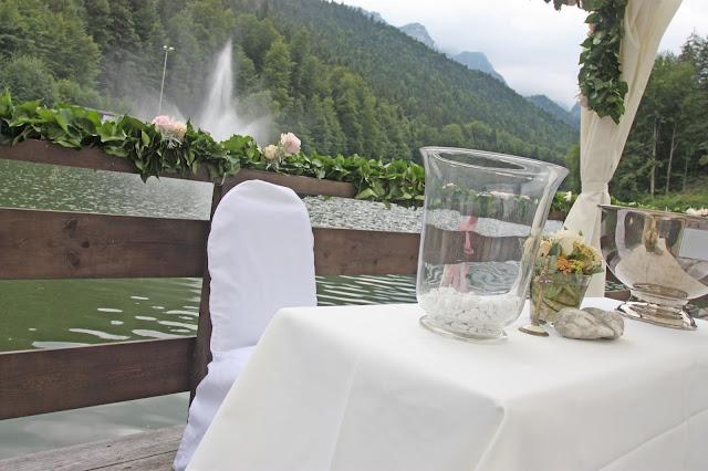 Altartisch auf dem Riessersee-Floß, Blick auf die Alpspitze in Garmisch