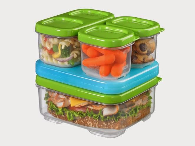 plastikowe pudełka z jedzeniem