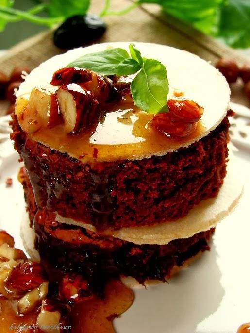 Mini torcik brownie z rumową śliwką i sosem miodowym